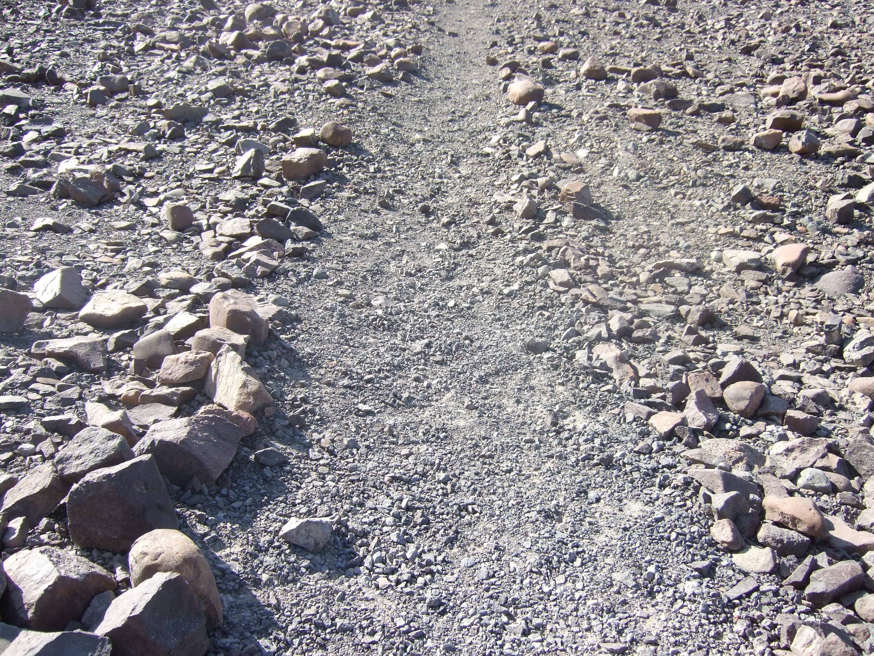 地表では石が除かれた線に過ぎないものが